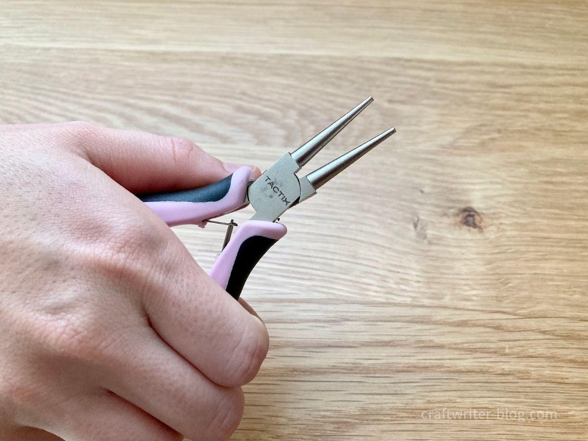 手芸用丸ペンチを持つ手