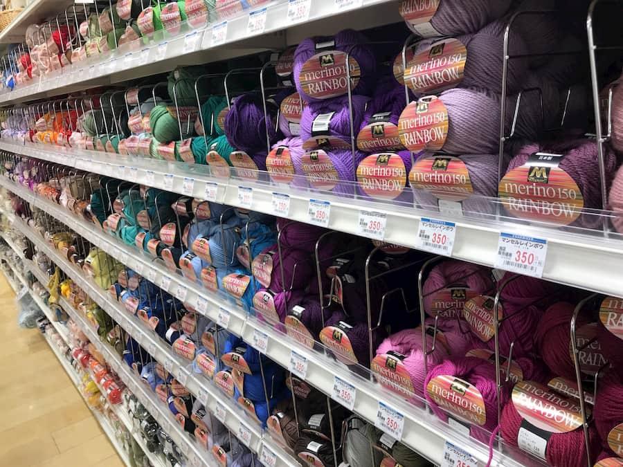 店内に並ぶ毛糸