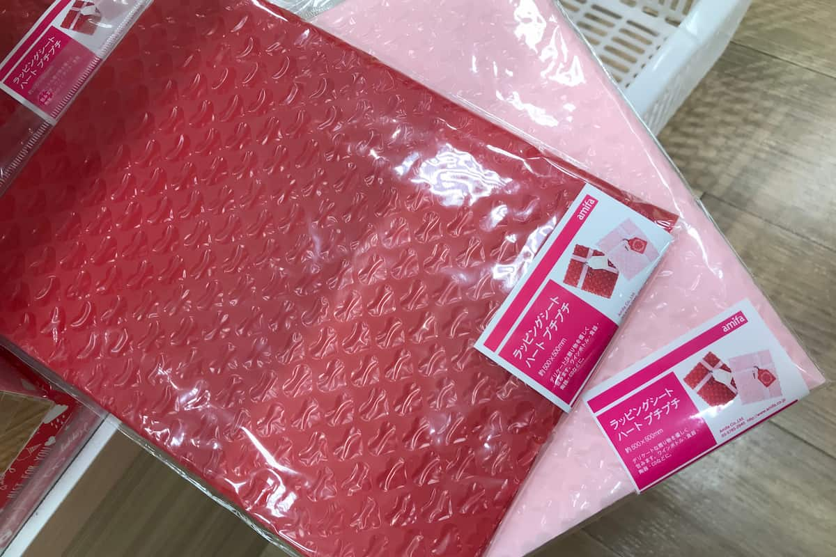 セリアの赤とピンクのハート型プチプチ 50cm×50cm