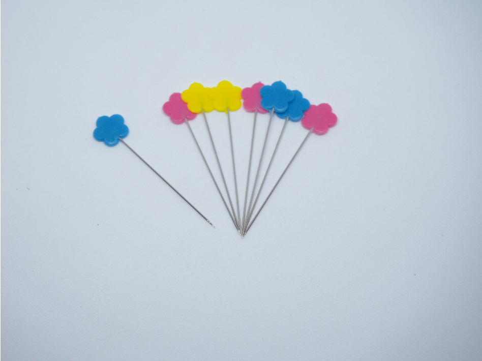 ピンクと青と黄色のまち針