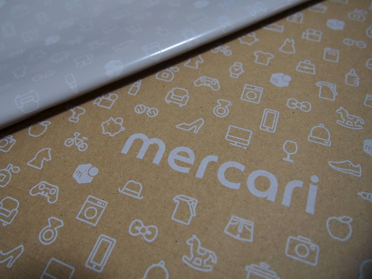 メルカリのロゴとデザインがされている梱包資材