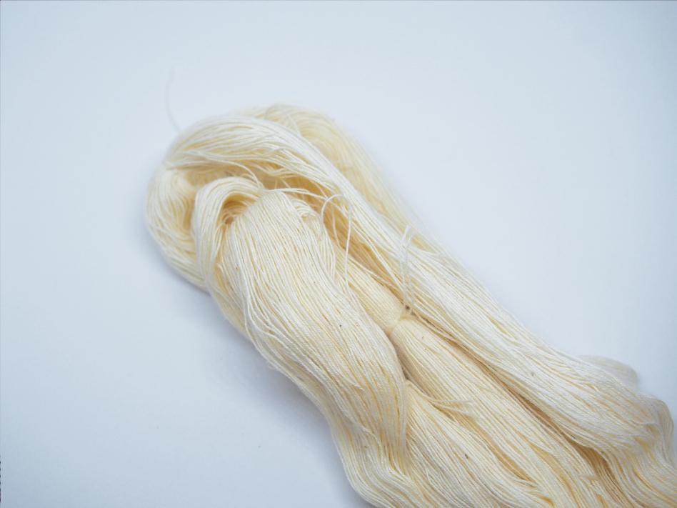 生成り色のしつけ糸の束
