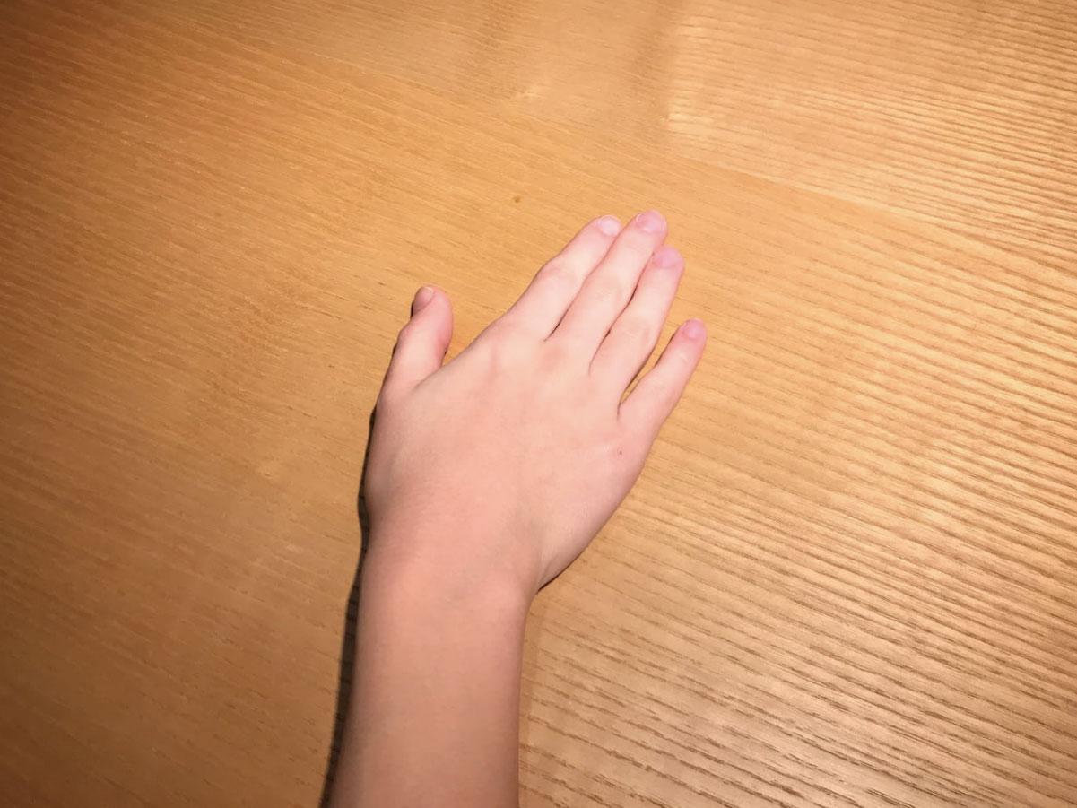 フロアスタンドで照らしたテーブル面と手