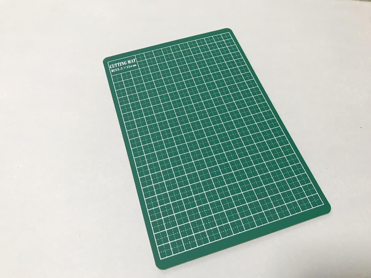 ダイソーの目盛付きの緑色のカッティングマット