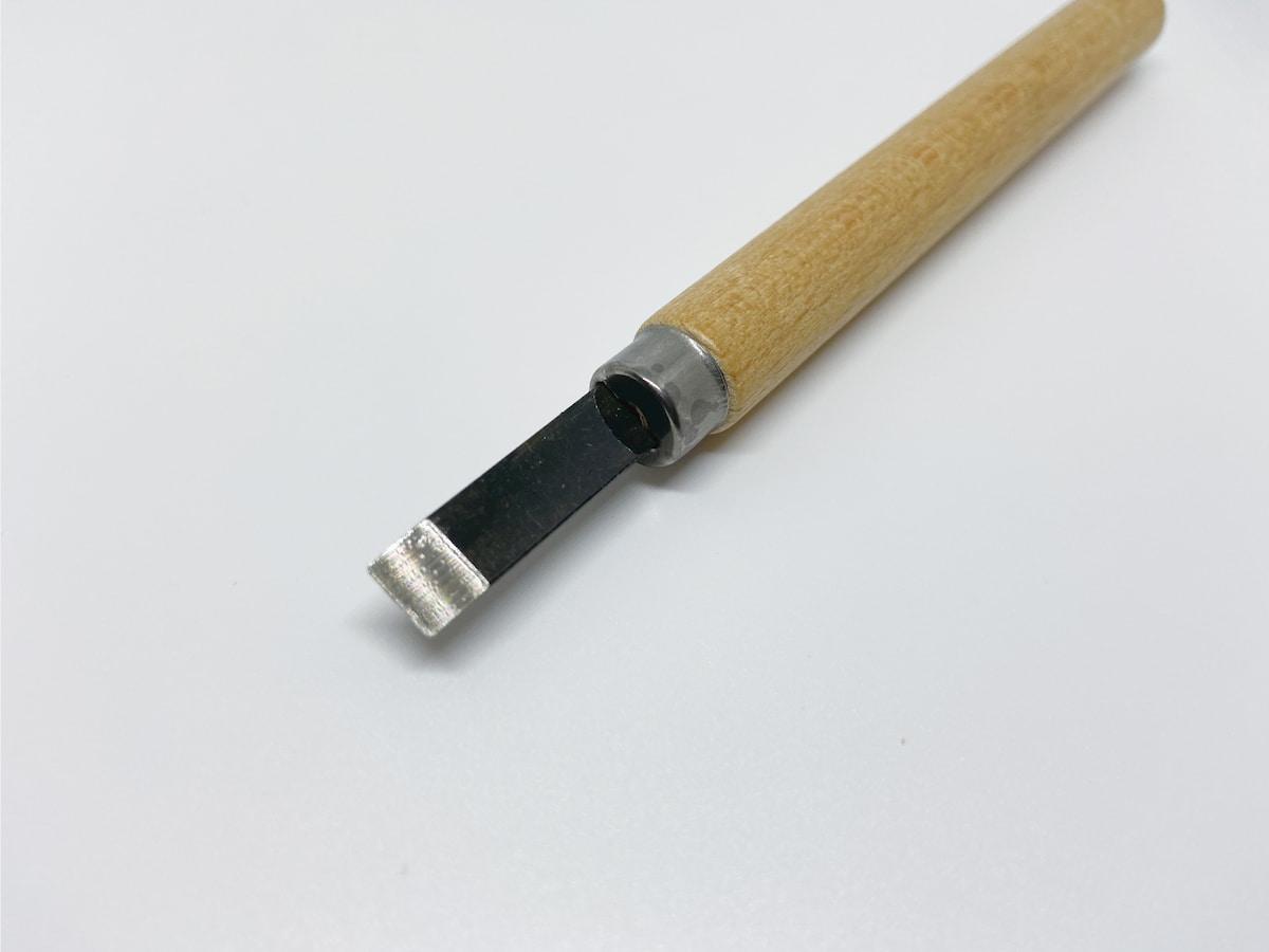 刃先が平らになっている彫刻刀