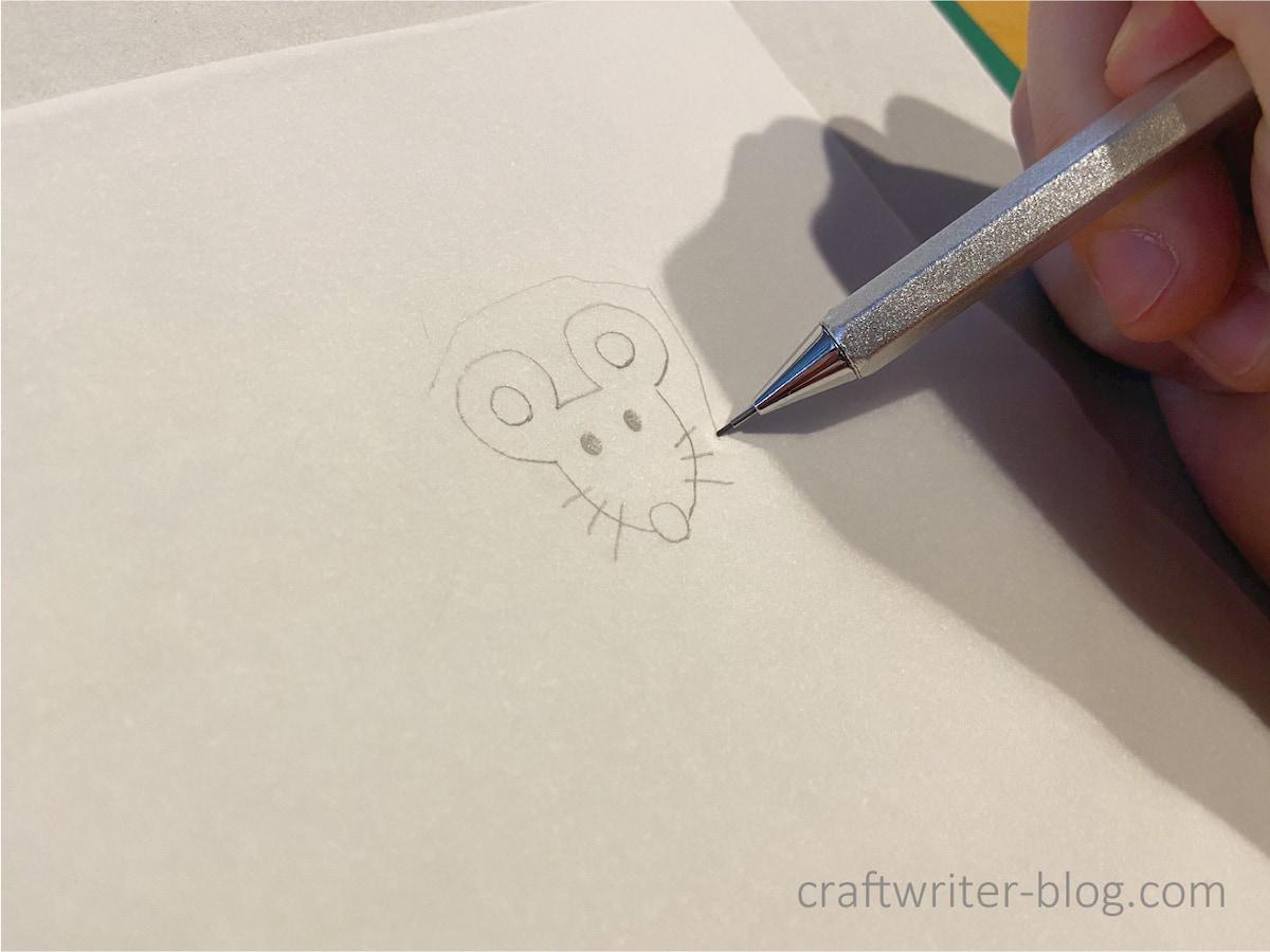 消しゴムはんこのネズミの図案を描く様子