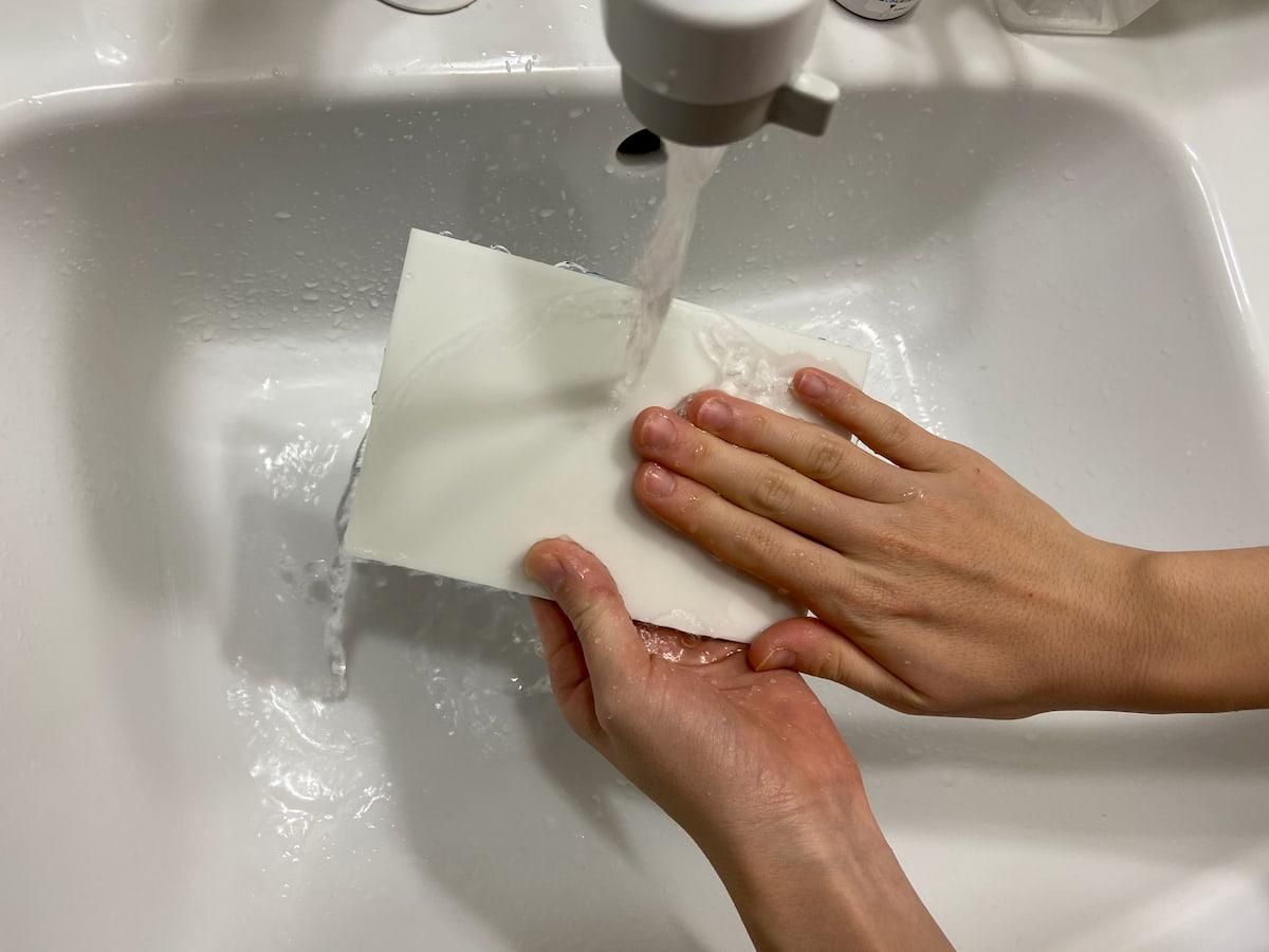 消しゴムはんこ用のゴム版を水洗い
