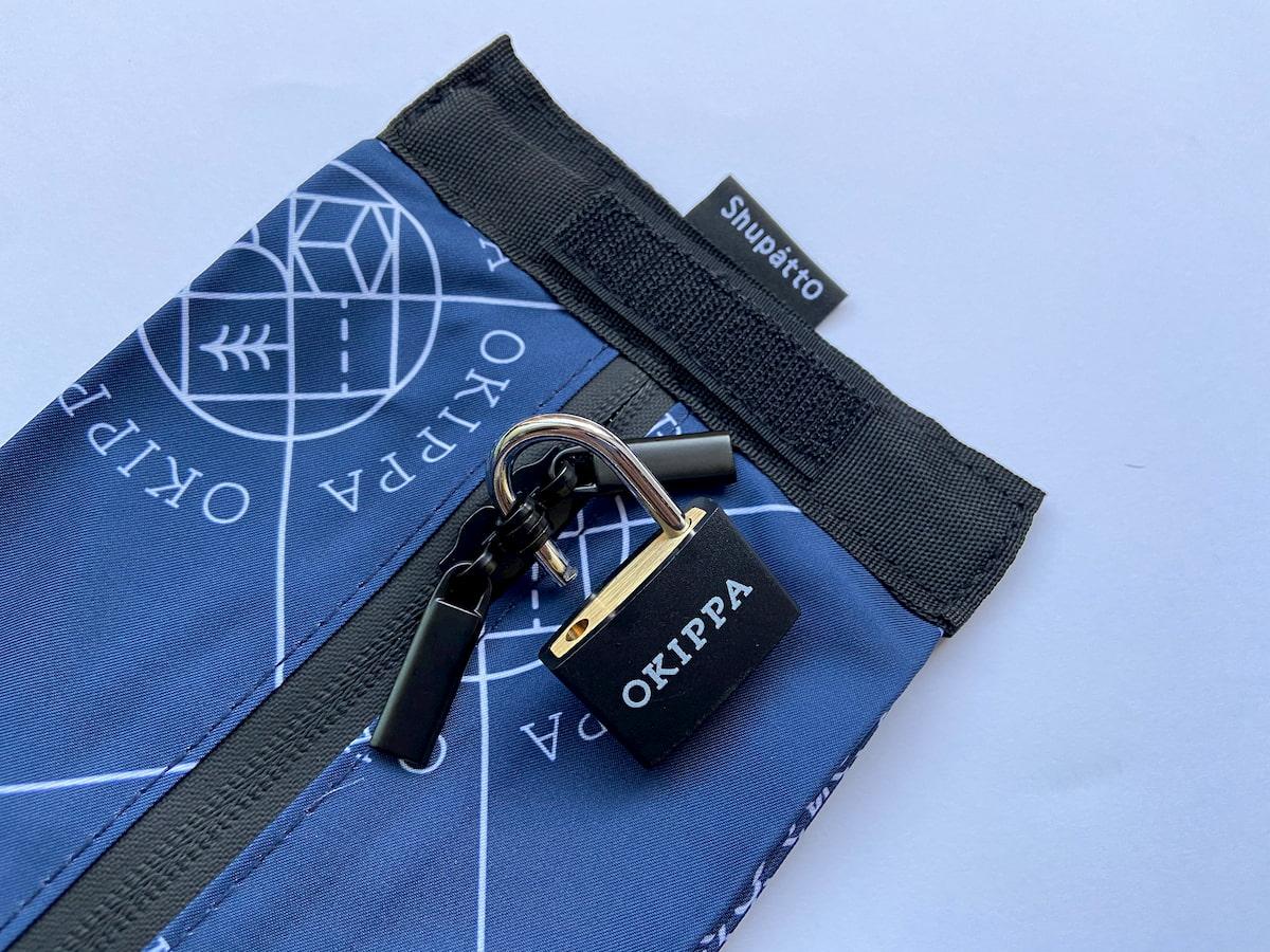 OKIPPAのファスナーと南京錠