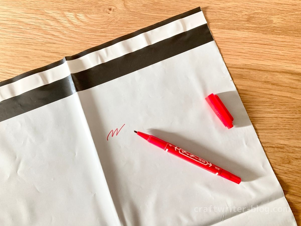 宅配用ビニール袋と油性ペン