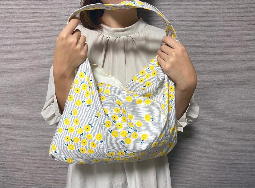 ハンドメイドのバッグを持つ女性